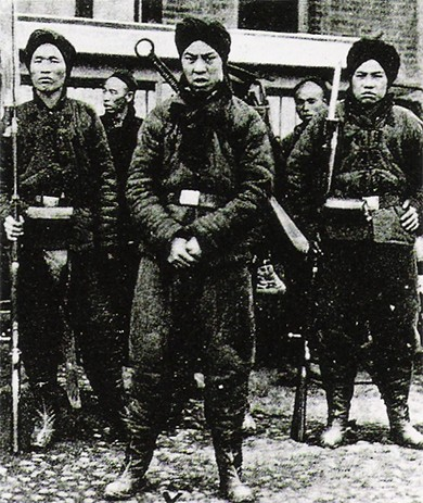 A photograph shows several soldiers of the Chinese Imperial Army during the Boxer Rebellion.