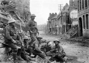 September 1, 1918, Péronne (Somme). A machine gun position established by the Australian 54th Battalion during its attack on German forces in the town. The street is bordered by houses in ruin.