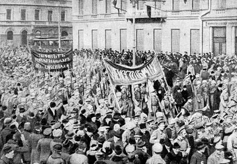 Photo of a large number of Russian soldiers marching in the street of Petrograd in February 1917