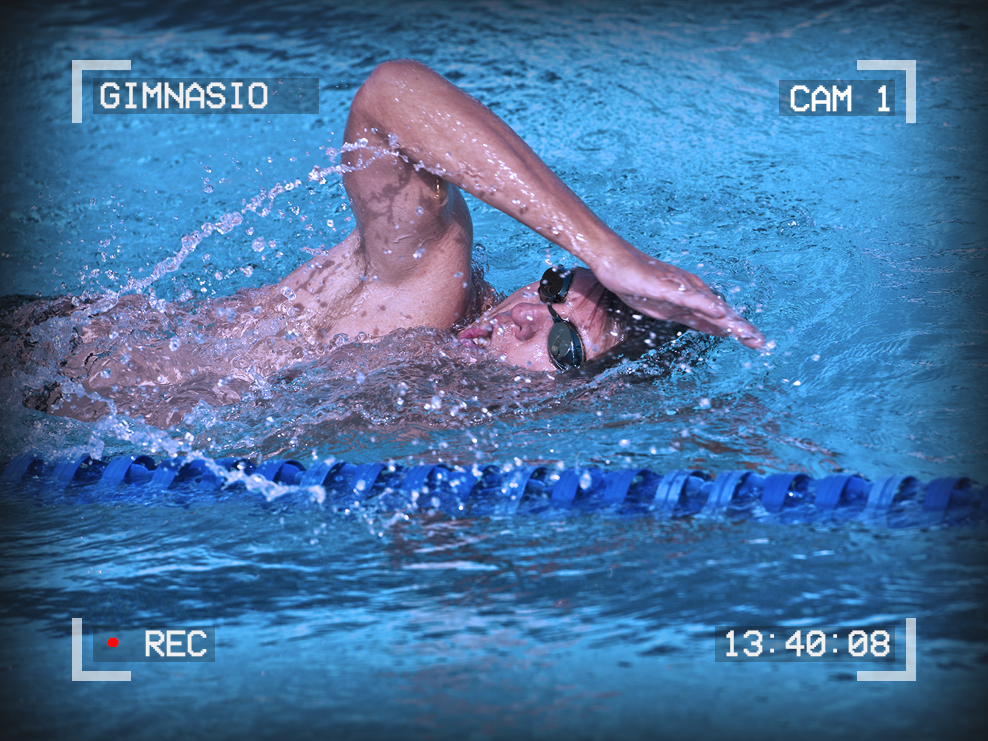 Photo of a man swimming in a pool. Text around the outside reads: Gimnasio, Cam 1, 13:40:08, Recording