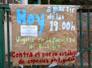 Handmade sign reads Hoy a partir de las 19:00 h. Vigilia en la facultad de Biologia
