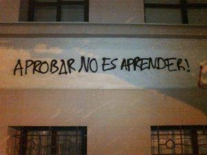 """Graffiti says """"aprobar no es aprender!"""""""