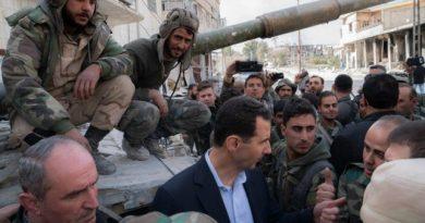תמונת הניצחון של בשאר אסד בא-רוטה. הגיע עם הגנרלים שלו לבקר את החיילים שהשתלטו על למעלה מ-80 אחוז מהאזור בו החזיקו המורדים