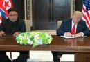"""נשיא ארה""""ב דונלד טראמפ ומנהיג צפון קוריאה קים ג'ונג-און חתמו על מסמך הסכמות ביניהם בתום הדיוניים בוועידה"""