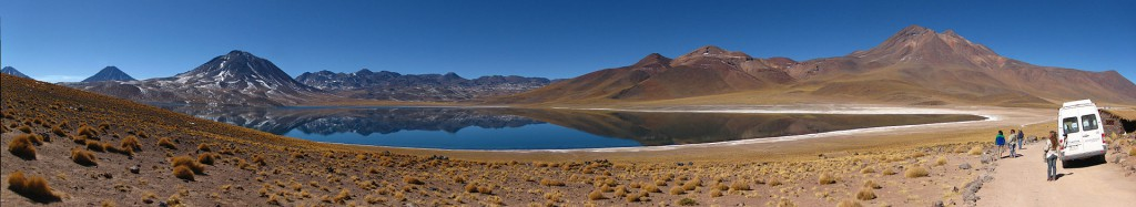 Vehículo de turismo estacionado al lado de lagunas altiplánicas en Atacama
