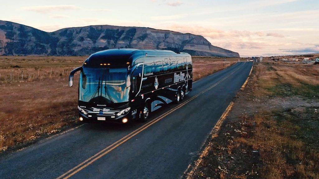 Bus por la carretera de la patagonia