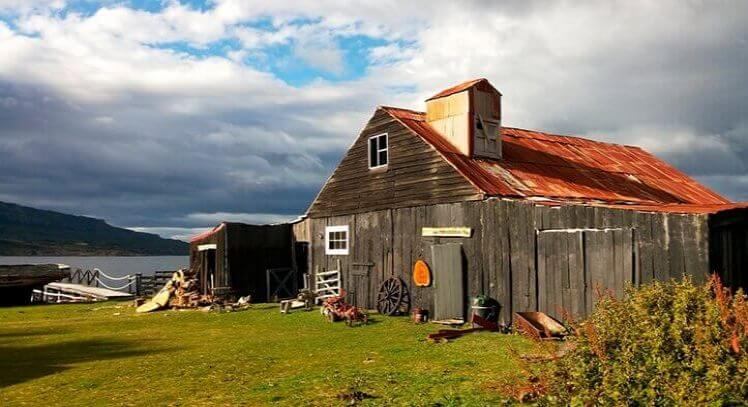 Estancia antigua sobre paisaje patagonico