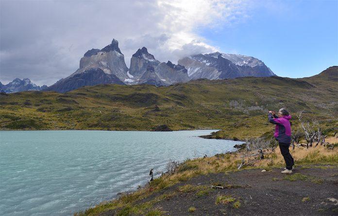 Viajera toma fotografía en Torres del Paine sin hacer trekking
