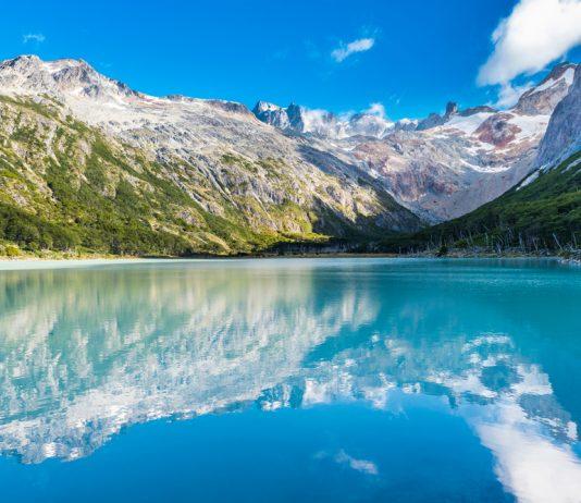 Laguna de colores esmeralda en ushuaia