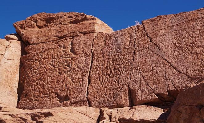 valle-del-arcoiris-atacama-petrogrifos-yerbas-buenas