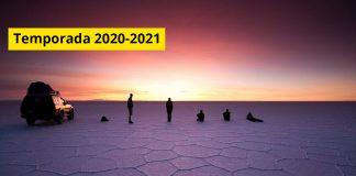 Viajeros sobre el Salar de Uyuni observan amanecer