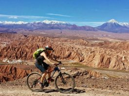 Viajero en su bicicleta recorriendo Atacama