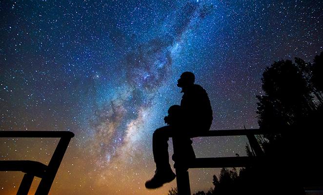 Hombre mirando cielo Valle del Elqui