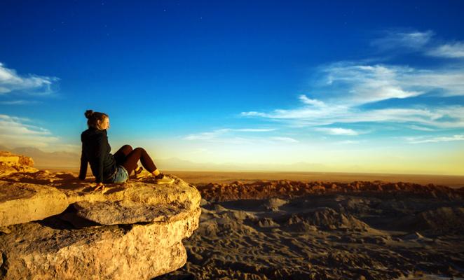 Persona observando el horizonte Valle de la Luna