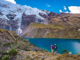 Pareja observando laguna en trekking Salkantay