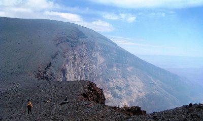 hombre-en-crater-volcan-lascar