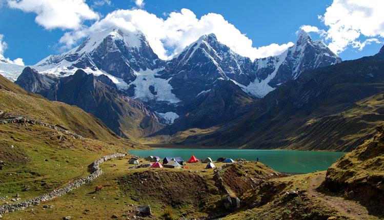 trekking-y-campamento-frente-a-montaña
