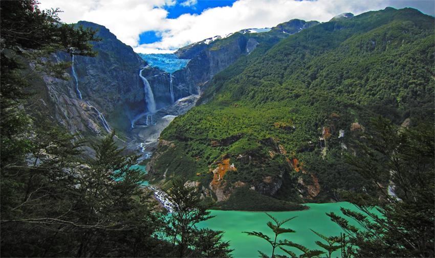 Laguna y glaciar en medio de un bosque