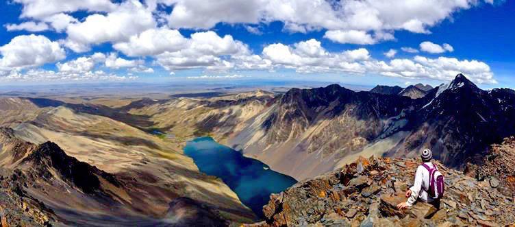 Viajero observa paisaje montañoso