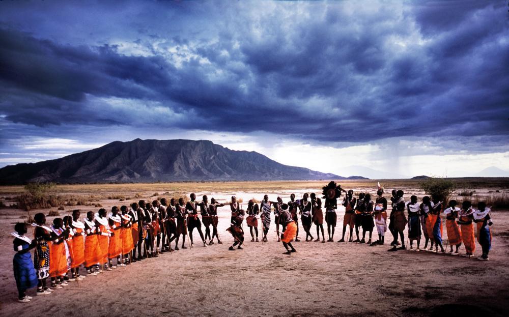 Grupo de kenyanos en el desierto
