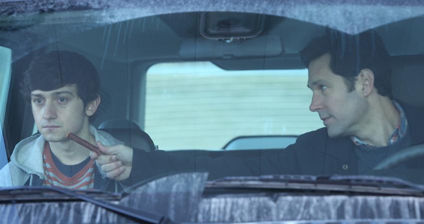 Adulto y joven sentados en un auto