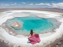 Viajera y laguna turquesa enmedio del desierto en Chile