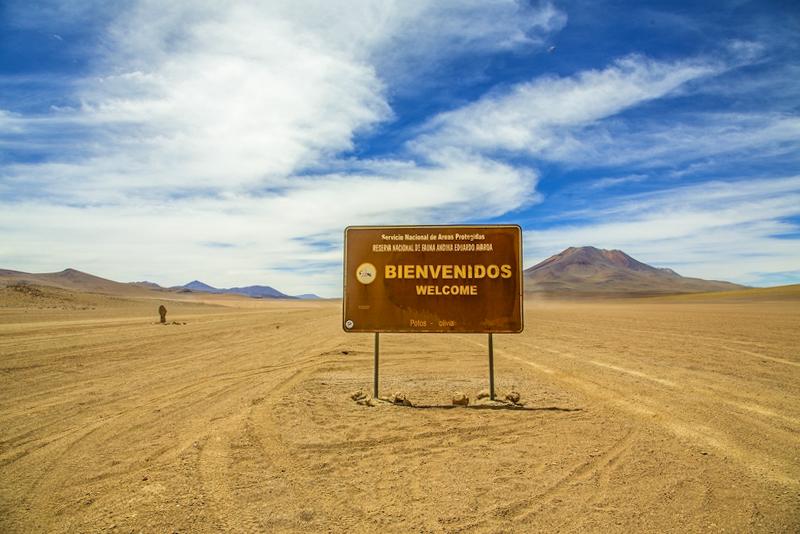 Cartel de bienvenida en el desierto