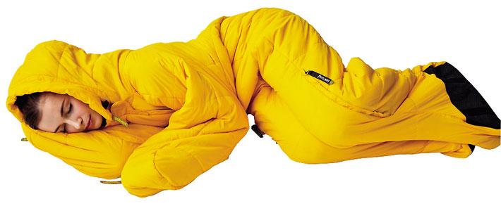 Mujer en saco de dormir amarillo