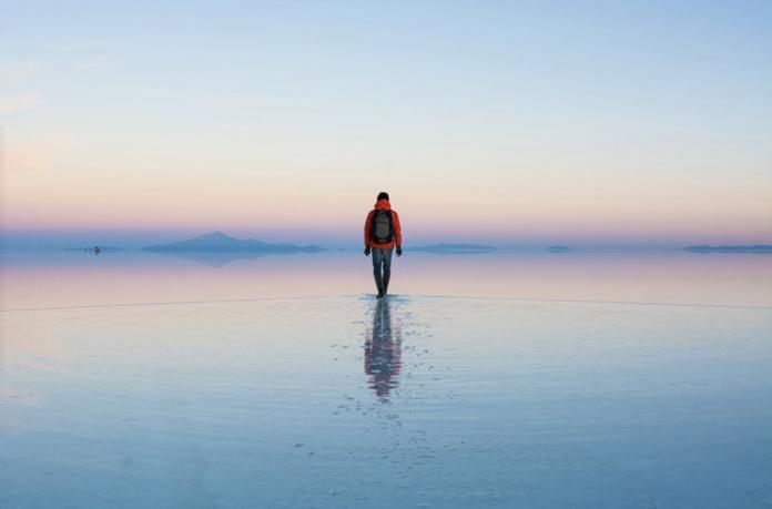 Hombre caminando sobre salar de uyuni