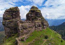 Ruinas incas frente a fondo montañoso