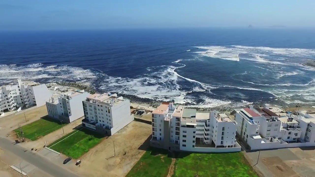 Edificios frente al mar peruano