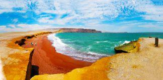 Playa turquesa con arenas rojas