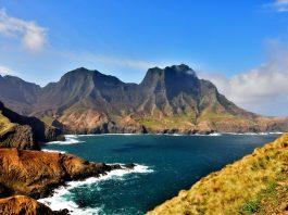 Isla Robinson Crusoe frente al mar
