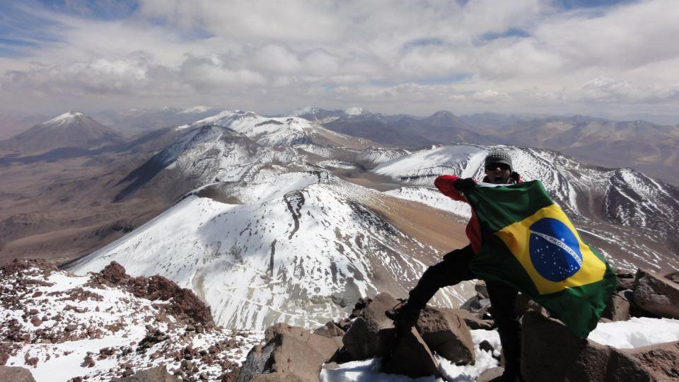 Hombre en cima frente a volcanes