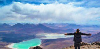 Hombre en la cima de un volcán en San Pedro de Atacama