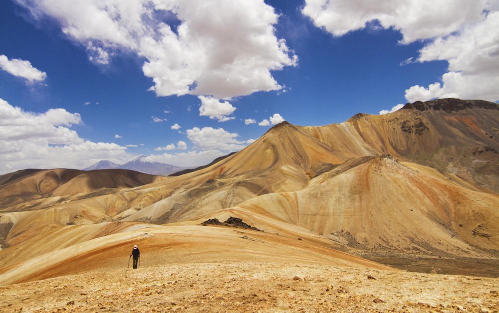 Cerro de diversos tonos bajo cielo azul
