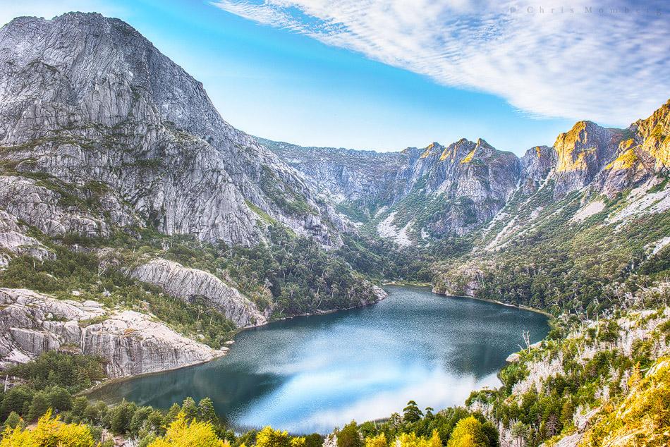 Laguna en lugares de montaña y bosque