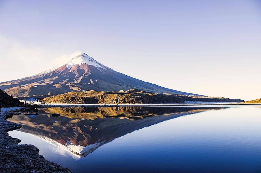 Volcan reflejado en laguna