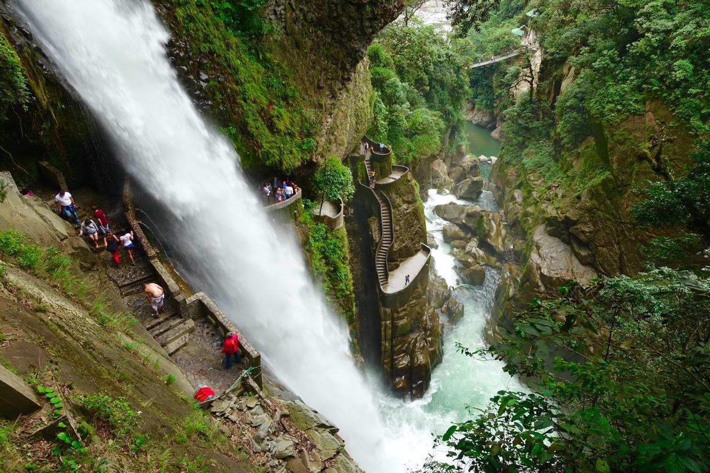 Salto de agua y terrazas con turistas