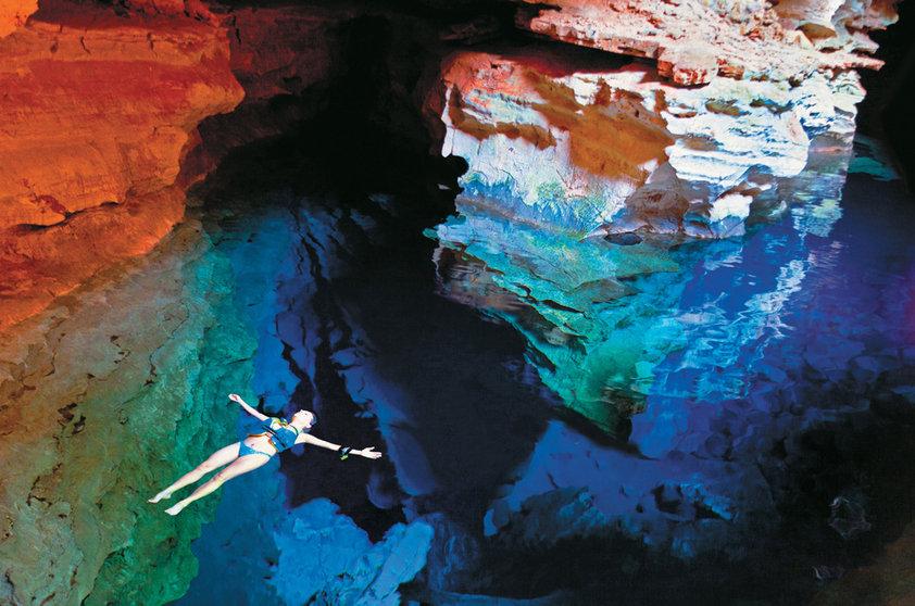 Pozo azul entre grietas subterraneas