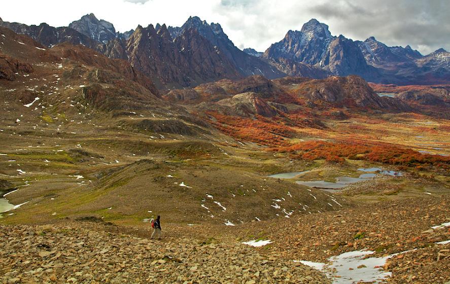 Destinos de Chile, hombre caminando por paisaje montañoso
