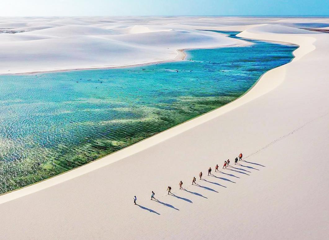 Hombres caminando en desierto y lagunas, destinos de sudamerica