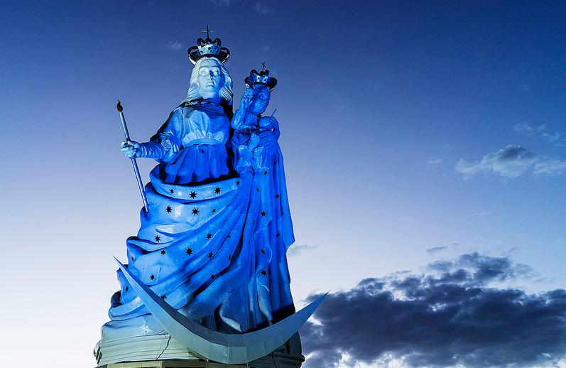 Virgen iluminada azul