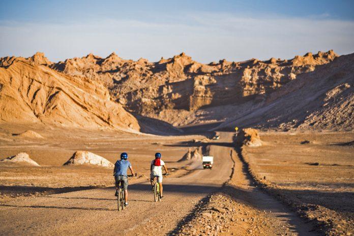 Ciclistas en el desierto