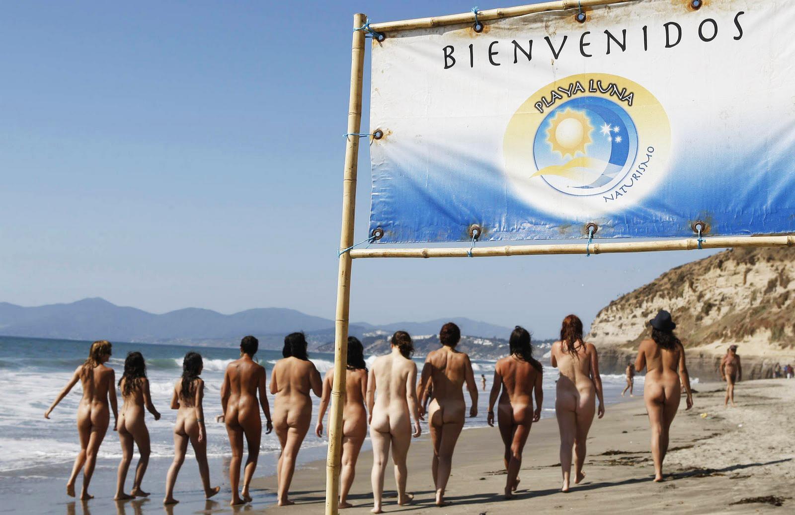 Nudistas caminando por la playa