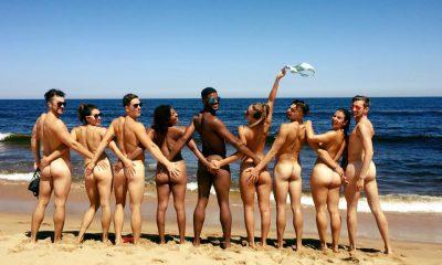 Nudistas frente al mar
