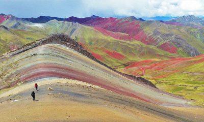 Turistas observan montaña arcoiris Palcoyo