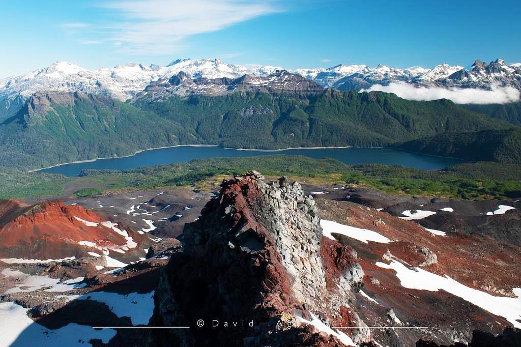 Vista al lago y las montañas desde un volcán