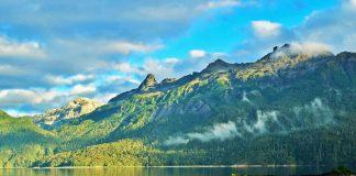 Lado frente a montaña y bosque en Hornopirén