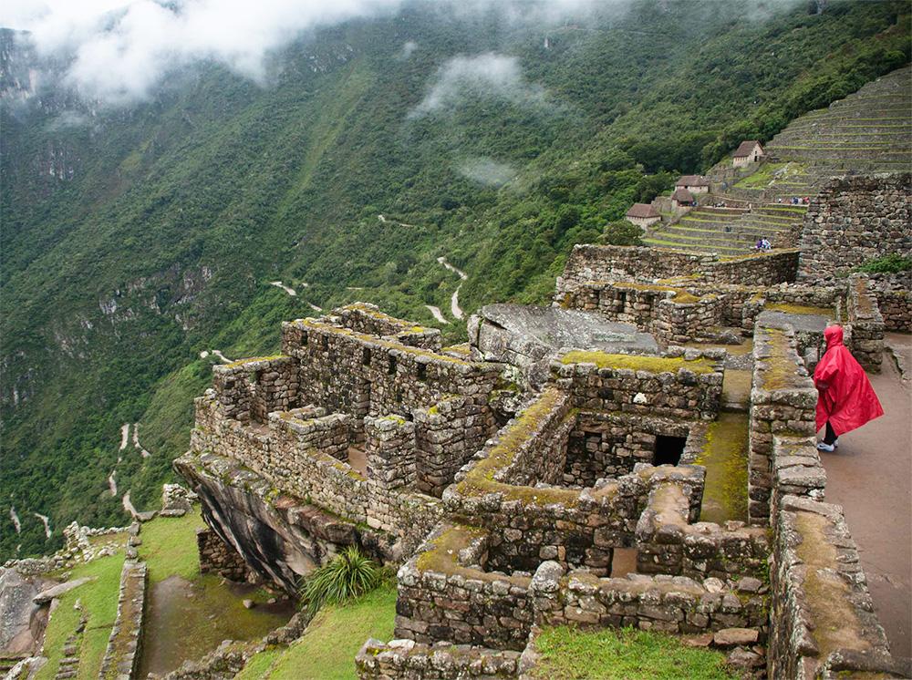 Hombre con capucha observando Machu Picchu